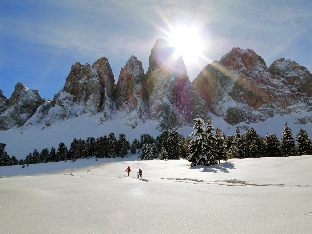 Una vacanza invernale a Funes sullo sfondo di un incantevole scenario alpino